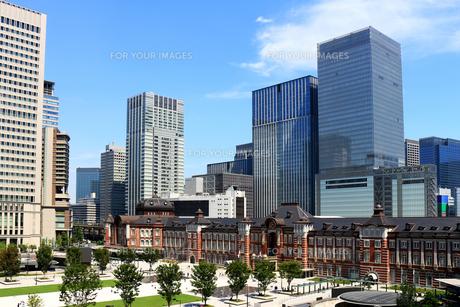 レンガで造られたクラシックな東京駅と新しい高層ビルの写真素材 [FYI01205676]