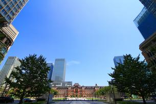 レンガで造られたクラシックな東京駅と新しい高層ビルの写真素材 [FYI01205678]