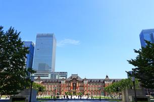 レンガで造られたクラシックな東京駅と新しい高層ビルの写真素材 [FYI01205679]