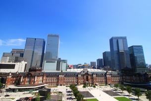 レンガで造られたクラシックな東京駅と新しい高層ビルの写真素材 [FYI01205681]