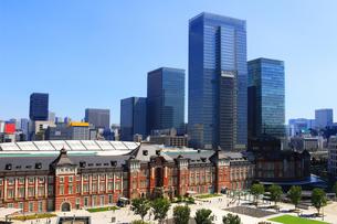 レンガで造られたクラシックな東京駅と新しい高層ビルの写真素材 [FYI01205682]