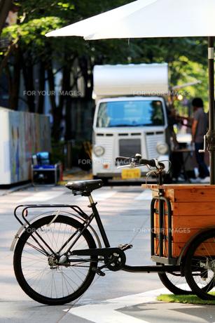 パラソル付きの自転車とキッチンカーが並ぶ東京丸の内の休日の写真素材 [FYI01205685]