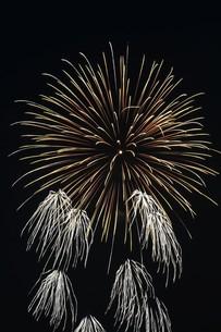 花火大会 ・ 君がいた夏は 遠い夢の中 空に消えてった打ち上げ花火…(Whiteberry 夏祭り より)の写真素材 [FYI01205914]