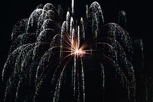 花火大会 ・ 君がいた夏は 遠い夢の中 空に消えてった打ち上げ花火…(Whiteberry 夏祭り より)の写真素材 [FYI01205917]