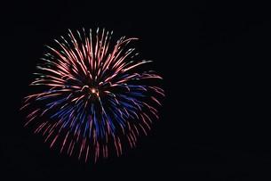 花火大会 ・ 君がいた夏は 遠い夢の中 空に消えてった打ち上げ花火…(Whiteberry 夏祭り より)の写真素材 [FYI01205923]