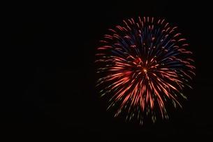 花火大会 ・ 君がいた夏は 遠い夢の中 空に消えてった打ち上げ花火…(Whiteberry 夏祭り より)の写真素材 [FYI01205924]