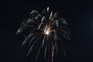 花火大会 ・ 君がいた夏は 遠い夢の中 空に消えてった打ち上げ花火…(Whiteberry 夏祭り より)の写真素材 [FYI01205929]