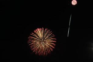 花火大会 ・ 君がいた夏は 遠い夢の中 空に消えてった打ち上げ花火…(Whiteberry 夏祭り より)の写真素材 [FYI01205933]