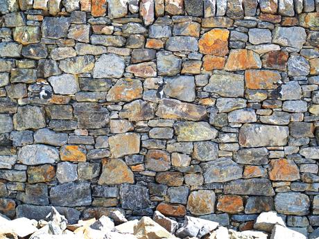 蛇口の付いた大きな石が積まれた壁の風景 - 7月 夏 昼間 日本 兵庫県 三田市 -の写真素材 [FYI01205956]