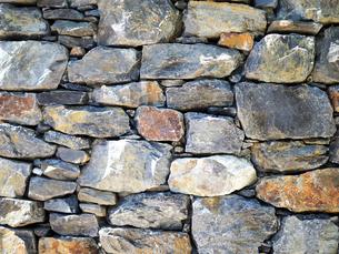 大きな石が積まれた壁の風景 - 7月 夏 昼間 日本 兵庫県 三田市 -の写真素材 [FYI01205957]