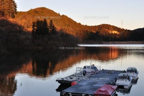 冬の湖畔の写真素材 [FYI01206085]