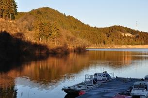 冬の湖畔の写真素材 [FYI01206086]