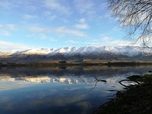 湖面反射 雪山 の写真素材 [FYI01206180]
