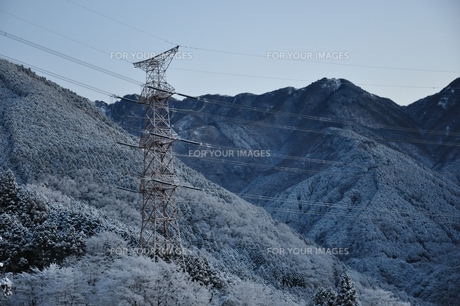雪山と鉄塔の写真素材 [FYI01206249]