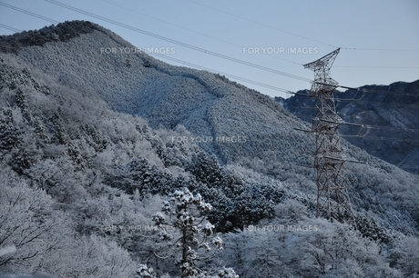 雪山と鉄塔の写真素材 [FYI01206250]