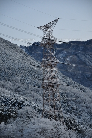 雪山と鉄塔の写真素材 [FYI01206251]