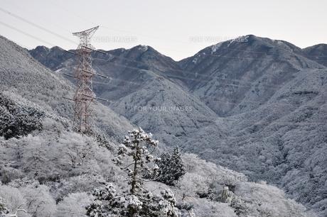 雪山と鉄塔の写真素材 [FYI01206254]