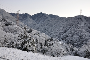 雪山と鉄塔の写真素材 [FYI01206255]