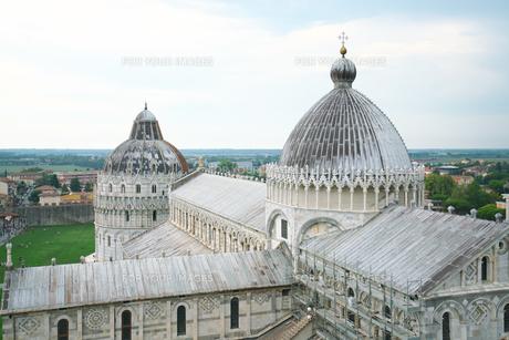 ピサの斜塔から眺めるピサ大聖堂の写真素材 [FYI01206319]