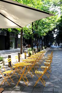 丸テーブルが並ぶ休日の丸の内のオフィス街の写真素材 [FYI01206355]