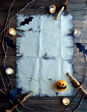 ハロウィンのかぼちゃとぼろぼろの古紙の写真素材 [FYI01206378]