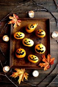 ハロウィンのかぼちゃと錆びたトレーの写真素材 [FYI01206400]