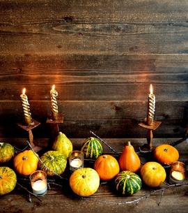カラフルなかぼちゃとキャンドル 黒木材背景の写真素材 [FYI01206401]