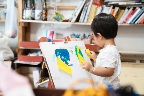 絵を描く子供の写真素材 [FYI01206425]