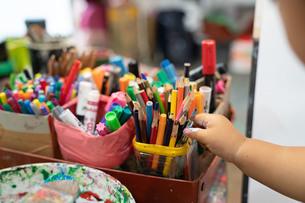 色鉛筆を探す子供の写真素材 [FYI01206427]