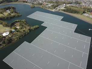 水上の太陽光発電の写真素材 [FYI01206429]