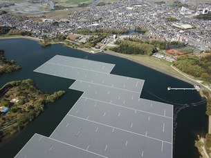 水上の太陽光発電の写真素材 [FYI01206430]