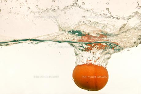 水中のオレンジの写真素材 [FYI01206496]