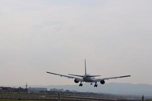 着陸する飛行機の写真素材 [FYI01206511]