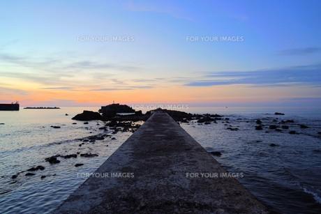 日没の堤防の写真素材 [FYI01206540]