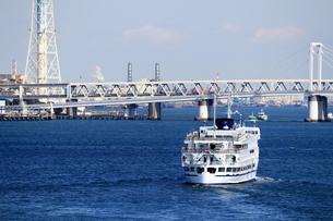 横浜港を航行する観光遊覧船の写真素材 [FYI01206606]