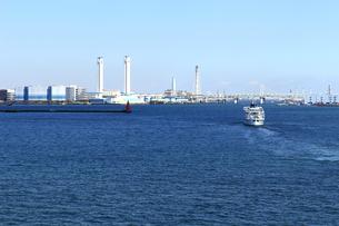 横浜港を航行する観光遊覧船の写真素材 [FYI01206608]