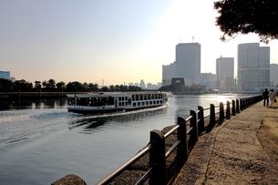 高層ビルの見える運河を航行する水上バスの写真素材 [FYI01206616]