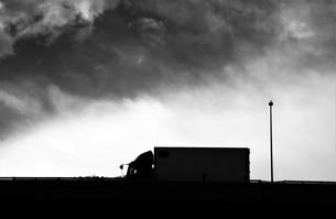 貨物トラックの夕焼けシルエットの写真素材 [FYI01206839]