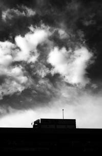 貨物トラックの夕焼けシルエットの写真素材 [FYI01206840]