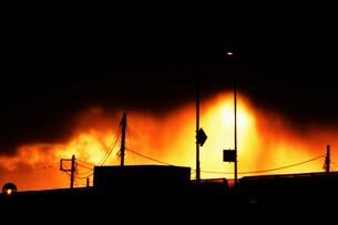貨物トラックの夕焼けシルエットの写真素材 [FYI01206843]