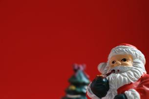 クリスマスをイメージしたサンタクロースのスティルライフの写真素材 [FYI01206866]