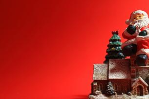 クリスマスをイメージしたサンタクロースのスティルライフの写真素材 [FYI01206867]