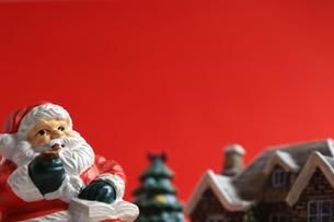 クリスマスをイメージしたサンタクロースのスティルライフの写真素材 [FYI01206870]