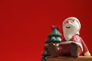 クリスマスをイメージしたサンタクロースのスティルライフの写真素材 [FYI01206875]