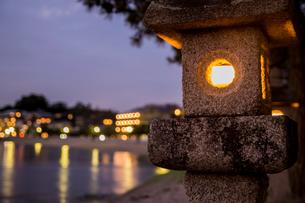 トワイライトの灯籠の写真素材 [FYI01207037]