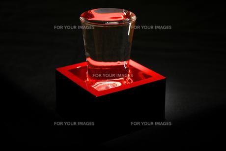 黒バックの朱塗りの酒枡とグラスの写真素材 [FYI01207042]