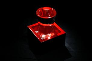 黒バックの朱塗りの酒枡とグラスの写真素材 [FYI01207043]