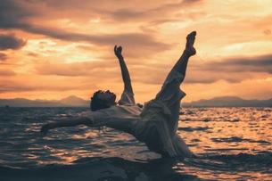 湖に倒れる女の子の写真素材 [FYI01207147]