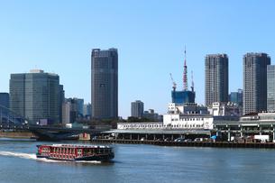 隅田川を航行する水上バスの写真素材 [FYI01207210]