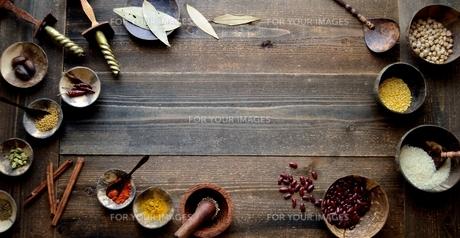 インド料理の食材 スパイスと豆類の写真素材 [FYI01207296]